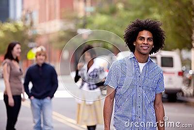 Varón atractivo del afroamericano en una calle de la ciudad