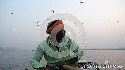 Varanasi, Ινδία - 18 Δεκεμβρίου 2017: να επιπλεύσει στον ποταμό Ganga στα ξημερώματα Κουπιά κωπηλασίας λεμβούχων φιλμ μικρού μήκους