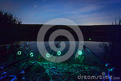 Varas de pesca na noite