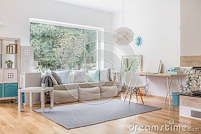 Fönster fönster vardagsrum : Vardagsrum Och Stort Fönster Arkivfoto - Bild: 60606435