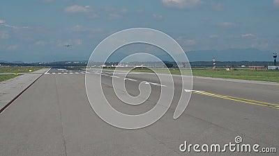 Varese, Itália Aeroporto internacional de Malpensa Decole a pista de decolagem da janela do avião vídeos de arquivo