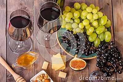 vari t de raisin et de fromage avec un vin rouge photo stock image 57782039. Black Bedroom Furniture Sets. Home Design Ideas