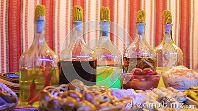 Variation av fester dekorerade på restaurangen av traditionell ukrainsk kokkonst lager videofilmer