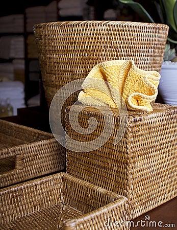 Varios envases de la cesta de mimbre