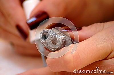 Varnish to nails