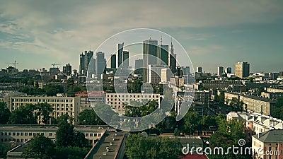 VARSÓVIA, POLÔNIA - 7 DE AGOSTO DE 2018 Tiro de estabelecimento aéreo da cidade video estoque