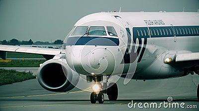 VARSÓVIA, POLÔNIA - 8 DE SETEMBRO DE 2017 Embraer 195 LOTEIA o plano comercial das linhas aéreas polonesas que taxiing no aeropor video estoque