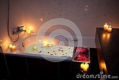 Vasca da bagno romantica immagini stock immagine 18627924 - Vasca da bagno romantica ...