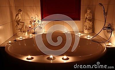 Vasca da bagno romantica immagine stock libera da diritti - Candele da bagno ...