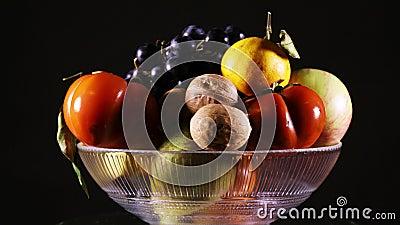 Vaso de fruta fresca em rotação video estoque
