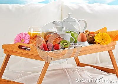Vassoio della prima colazione a letto nella camera di - Vassoio per colazione a letto ...