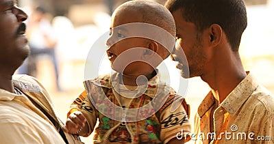 Vater mit Kind Hyderabad Indien stock footage
