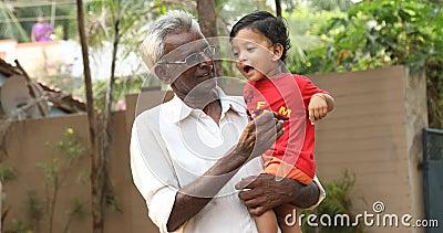 Vater mit Kind Hyderabad Indien stock video
