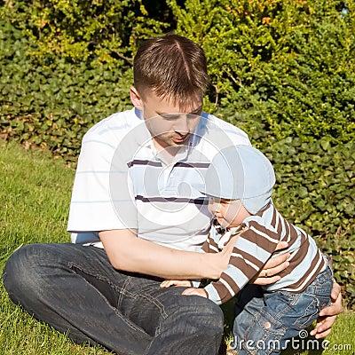Vater und Sohn auf dem Gras