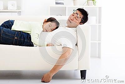 vater und tochter die auf dem sofa schlafen stockfoto bild 47803474. Black Bedroom Furniture Sets. Home Design Ideas