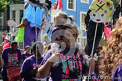 Vater und Tochter im Notting- Hillkarneval Redaktionelles Stockbild