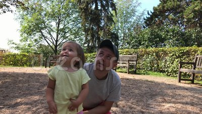 Vater und wenig Tochterblick zum Himmel im Sommerpark am Tag stock video footage