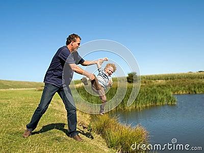 Vater-werfendes Kind