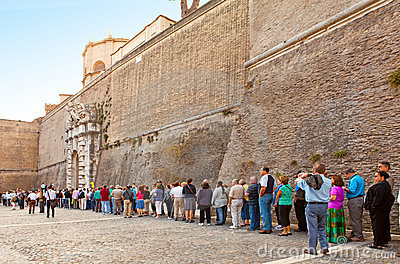 VATICAN- SEPTEMBER 20: Crowd waiting to enter Vati Editorial Photography