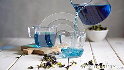 Vazamento de chá azul em copo de vidro filme