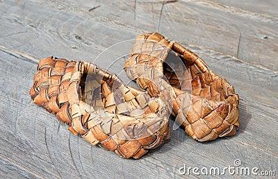 Vecchi sandali russi fatti della corteccia