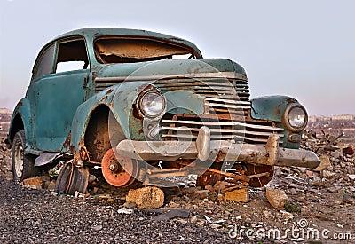 Vecchia automobile abbandonata arrugginita tagliata