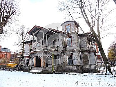 Vecchia casa di legno lettonia fotografia editoriale for Case in legno lettonia