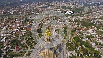 Vecchia cattedrale della trinità santa a Tbilisi, punto di riferimento architettonico, vista in Georgia archivi video