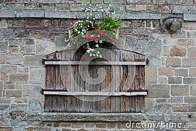 Vecchia finestra di legno con le imposte fotografia stock for Finestra vecchia