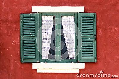 Vecchia finestra verde con la tenda sulla parete rossa immagine stock libera da diritti - La finestra verde giugliano ...