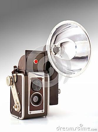 Vecchia macchina fotografica con il flash