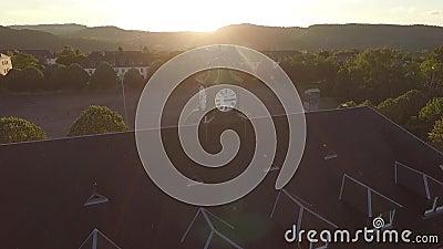 Vecchia orologio-torre nel tramonto video d archivio