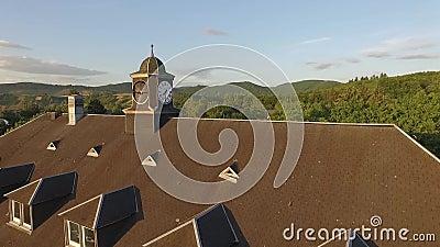 Vecchia orologio-torre nel tramonto archivi video