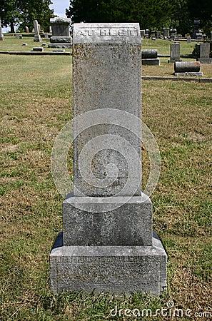 Vecchia pietra tombale dritta alta a riposo