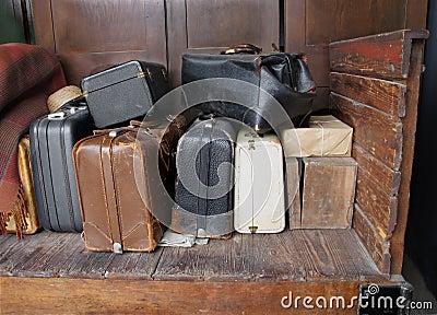 Vecchie valigie su un vecchio carrello di legno