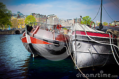 Vecchio canale della città di Amsterdam, barche.