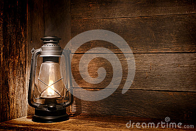 Vecchio indicatore luminoso della lanterna di cherosene nel granaio rustico del paese