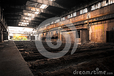 Vecchio interno industriale abbandonato con luce intensa