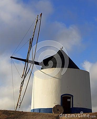 Vecchio mulino a vento blu e bianco