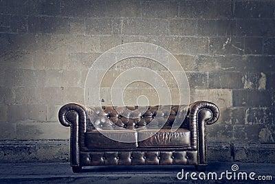 Vecchio sofà di cuoio