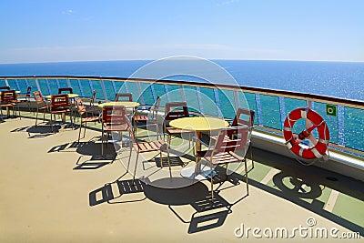 Vector y sillas de cena con la opinión de océano