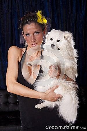 Vedova sexy con il cane bianco