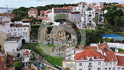 Veduta aerea sullo storico quartiere di Alfama a Lisbona stock footage