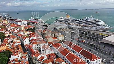 Veduta aerea sullo storico quartiere di Alfama a Lisbona archivi video
