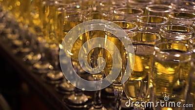 Veel champagnebril op de balie De tijd van de partij voor veel mensen stock footage