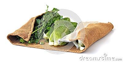 Vegetais dentro de um pano