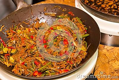 vegetarischer aufruhr fischrogen mit den nudeln die im wok kochen stockfoto bild 70738864. Black Bedroom Furniture Sets. Home Design Ideas