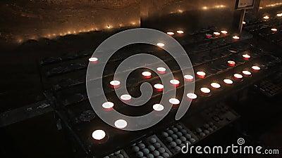 velas de oración en la iglesia metrajes