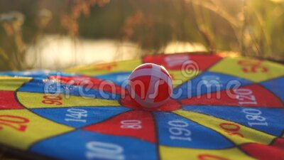 Velcro-ballen, doel, dicht bij zonsondergang in langzame beweging stock video