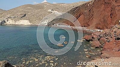 Vele mensen kwamen op gesloten rood strand van Santorini-eiland rusten en ontspannen stock videobeelden